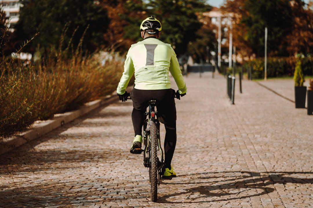 Uomo sulla biciciletta